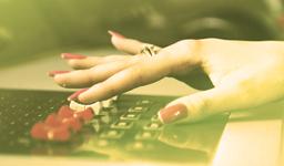 руки радиоведущей